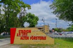 """Stadion An der Alten Försterei, Spielstätte des 1. FC Union Berlin, Namensschild an der Einfahrt zum Gelaende, """"STADTANSICHTEN"""", An der Wuhlheide 263, Berlin, 07.05.2020"""