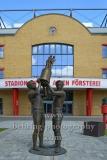 """Stadion An der Alten Försterei, Spielstätte des 1. FC Union Berlin, Skulptur für die 68er-Pokalsieger (von Nuray Koschowsky) vor dem Eingang zur Haupttribüne, """"STADTANSICHTEN"""", An der Wuhlheide 263, Berlin, 07.05.2020"""