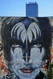 """Graffitti auf einem Bauzaun am Osthafen vor den Treptowers, """"STADTANSICHTEN"""", Berlin, 23.04.2020"""