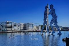 """""""Molecule Man"""", Skulptur vom Bildhauer Jonathan Borofsky, in der Spree an der Grenze der Stadtbezirke Friedrichshain / Kreuzberg / Treptow,  """"STADTANSICHTEN"""", Berlin, 23.04.2020"""
