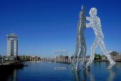 """""""Molecule Man"""", Skulptur vom Bildhauer Jonathan Borofsky, in der Spree an der Grenze der Stadtbezirke Friedrichshain / Kreuzberg / Treptow, Blick Richtung Twin-Towers und Oberbaumbrücke,  """"STADTANSICHTEN"""", Berlin, 23.04.2020"""