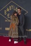 """Marie Steinmann mit """"FAKE""""-Mantel und Tom Tykwer""""BABYLON BERLIN 3"""", Roter Teppich zur Weltpemiere, Zoo Palast, Berlin, 16.12.2019"""