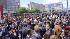 """Grosser Andrang bei der Demonstration im Gedenken an George Floyd, Schon vor dem Alex, auf der Kreuzung Gruner- / Alexanderstrasse gab es einen Stau. Der Alex war von der Polizei schon um 14 Uhr mit geschaetzten 10.000 Teilnehmern geschlossen worden. Nur wussten das die weiter Richtung Alex stroemenden Menschenmassen nicht. Viele kamen in Schwarz gekleidet, mit und ohne Plakate und Transparente, """"SILENT DEMO"""", Alexanderplatz, Berlin, 06.06.2020"""