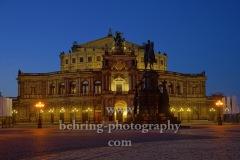Semperoper Dresden mit König-Johann-Denkmal davor auf dem Theaterplatz, Dresden, 09.11.2020