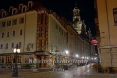 Alte Strassenuhr in der Fussgaengerzone an der Kreuzung Terrassengasse / Muenzgasse mit Blick auf die Kutscherschaenke (Uriges Wirtshaus) und Bierhaus Dampfschiff, Dresden, 09.11.2020