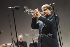 """Richard Pappik (Schlagzeug),  Sven Regener (Gesang, Gitarre, Trompete), """"ELEMENT OF CRIME"""", """"SCHAFE, MONSTER UND MÄUSE""""-Tour, erstes von drei Konzerten im Tempodrom, Berlin, 23.05.2019"""