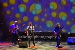 "David Goodier (Bass), Ian Anderson (Gesang, Floete), Florian Opahle (Gitarre), ""Ian Anderson presents JETHRO TULL"", ""50th Anniversary Tour"", Konzert im Theater Am Potsdamer Platz, Berlin, 23.11.2019"