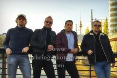 """Kid Colling Cartel"" (Konzert am 21.10.2018 im HANGAR 49), David Franco (Bassist), Nicolas Goulay (Keyboarder, nur auf der Tour), Kid Colling (Saenger, Gitarrist), Florian Pons (Drummer), Photocall, An der Michaelkirchbruecke, Berlin, 21.10.2018 (Photo: Christian Behring)"