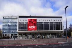 """Kino INTERNATIONAL, """"Kino leuchtet. Für dich."""", Am Vorabend der virtuell stattfindenden Berlinale und im Hinblick auf die Beratungen der Regierungschef:innen über den Stufenplan zur Wiedereröffnung lenken die Kinos den Blick auf die immer noch geschlossenen Kulturorte und appellieren an die Politik, Karl-Marx-Allee, Berlin, 28.02.2021"""