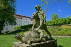 """Schloss Koepenick, Blick aus dem Schlosspark mit einer Skulptur im Vordergrund,  """"STADTANSICHTEN"""", Berlin, 06.05.2020"""
