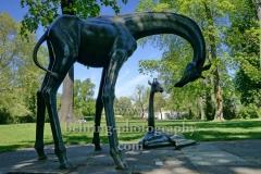 """""""Zwei Giraffen"""", Skulptur von Hans Hennig im Park des Schloss Koepenick, """"STADTANSICHTEN"""", Berlin, 06.05.2020"""