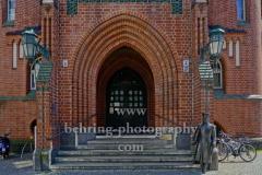 """Rathaus Koepenick, Eingang an der Ecke Alt Koepenick / Rosenstrasse mit der Figur des Hauptmann von Koepenick davor, """"STADTANSICHTEN"""", Berlin, 06.05.2020"""