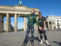"""""""KulturKilometer"""", Endlich am Ziel: Laura und Meik erreichen nach 750 km Fussmarsch das Ziel in Berlin, Photo Call am Brandenburger Tor, Berlin, 23.06.2020"""