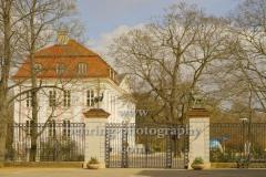 """Tierpark Berlin in Friedrichsfelde, Eingang vor dem Schloss Freidrichsfelde, """"STADTANSICHTEN"""", Berlin, 03.04.2020"""