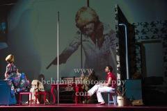 """Jeremy Mockridge, Bernd Moss, Katrin Wichmann, Martin Wuttke (Projektion), """"Melissa kriegt alles"""", Deutsches Theater, Berlin, Premiere: 29.08.2020"""