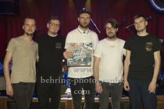 """NO KING. NO CROWN."", Ole Sterz (Violine, Banjo), Martin Schuster (Percussion, Beats, Synthesizer), Rene Ahlig (Gesang, Gitarre, Synthesizer), Hannes Miersch (E-Gitarre), Anton Sterz (Trompete), Tour zum 2. Album ""smoke signals"", Konzert im Privatclub, Berlin, 17.02.2019"