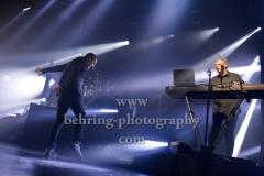 """OMD"", Andy McCluskey (Gesang, E-Bass), Paul Humphreys (Keyboard, Gesang), Martin Cooper (Keyboard, Saxophon), Stuart Kershaw (Schlagzeug), Konzert im Huxleys, Berlin, 28.11.2017,"