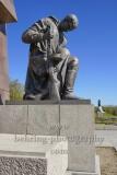 """Sowjetisches Ehrenmal im Treptower Park, aelterer Soldat, Skulptur eines knienden Soldaten in voller Montur und mit einer Maschinenpistole bewaffnet an der Stirnseite einer stilisierten Fahne,  """"STADTANSICHTEN"""", Berlin, 20.04.2020"""