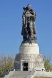 """Sowjetisches Ehrenmal im Treptower Park, """"Der Befreier"""", Skulptur von  Jewgeni Wutschetitsch ueber einem begehbaren Pavillon, der auf einem kuenstlich angelegten Grabhugel errichtet wurde, """"STADTANSICHTEN"""", Berlin, 20.04.2020"""