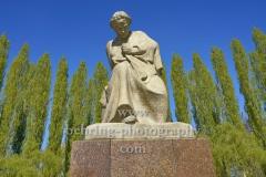 """Sowjetisches Ehrenmal im Treptower Park, """"Mutter Heimat"""", Statue auf dem Vorplatz,  """"STADTANSICHTEN"""", Berlin, 23.04.2020"""