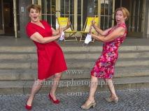 """Gayle Tuffts und Marion Kracht, """"Komoedie. Stadt. Strand"""" ist das Motto zum Re-Start, Photocall anlaesslich des Neustarts nach der Corona-Pause in der Komoedie am Kurfuerstendamm im Schiller Theater,"""