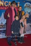"""Reiner Schoene mit Ehefrau Anja Schoene und Kindern Charlotte-Sophie und Olivia, """"Roncalli Weihnachtscircus"""" (19.12.19 - 05.01.2020), Photocall am Roten Teppich zur Premiere, Tempodrom, Berlin, 19.12.2019"""