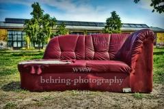 """kaputtes rotes Sofa auf der Wiese vor den Reinbeckhallen, """"STADTANSICHTEN"""", Reinbeckstrasse, Berlin, 10.05.2020"""