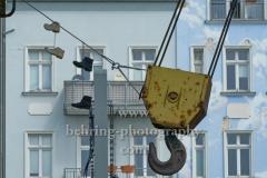 """aufgehängte Schuhe an der historischen Krananlage auf dem ehemaligen Gelände des KWO """"Karl Liebknecht"""", """"STADTANSICHTEN"""", Wilhelminenhofstrasse, Berlin, 10.05.2020"""