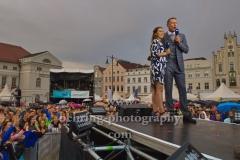 """NDR-Moderatoren Marko Vogt und Susanne Groen, """"NDR-Sommertour"""" beim """"Schwedenfest"""", Marktplatz, Wismar, 17.08.201"""