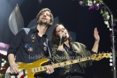 """Johannes Stolle (Bass), Stefanie Kloss (Gesang), """"SILBERMOND"""", Konzert, Mercedes-Benz Arena, Berlin, 01.02.2020,"""