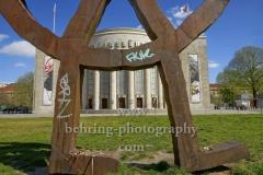 """Räuberrad, Skulptur von Bert Neumann und Rainer Haussmann vor der Volksbuehne auf dem Rosa-Luxemburg-Platz, """"STADTANSICHTEN"""", Berlin, 17.04.2020"""