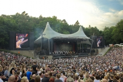 """""""TOCOTRONIC"""", Rick McPhail (Gitarre), Dirk von Lowtzow (Gesang, Gitarre), Arne Zank (Schlagzeug), Jan Mueller (Bass), Konzert in der Waldbuehne, Berlin, 09.06.2018"""