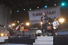 """TURBOSTAAT"", Rollo Santos (Gitarre), Tobert Knopp (Bass), Peter Carstens (Schlagzeug), Jan Windmeier (Gesang), Marten Ebsen (Gitarre), Konzert, Parkbuehne Wuhlheide, Berlin, 25.08.2018"