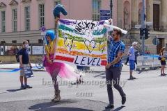 """Transparent """"Next Level. Life"""" auf der Strasse Unter Den Linden vor der Staatsoper, """"UNTEILBAR - So geht solidarisch - Band der Solidaritaet"""", Demonstration / Menschenkette zwischen Brandenburger Tor und Hasenheide unter Beachtung der Corona-Verhaltensregeln mit Abstand und Atemschutzmaske, Berlin, 14.06.2020"""