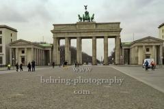 """die letzten Touristen auf dem Pariser Platz am Brandenburger Tor, """"verwaiste Orte wegen Corona-Virus"""", Berlin, 19.03.2020,"""
