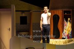 """Niklas Kohrt (Johnny), """"ZUHAUSE BIN ICH DARLING"""", Komoedie Am Kurfuerstendamm im Schiller Theater, Berlin, Deutsche Erstauffuehrung am 04.08.2019 (Photo: Christian Behring)"""