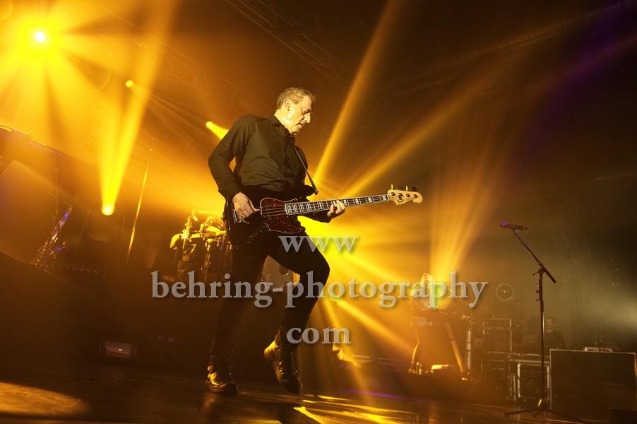 OMD, Bildmitte: Andy McCluskey (Gesang, E-Bass), Konzert im Huxleys in Berlin am 28.11.2017,