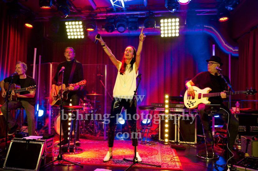 """BELL BOOK AND CANDLE, v.l.: Andy Birr (Gitarre), Jana Gross (Gesang), Hendrik Roeder (Bass), Record-Release-Konzert zum Album """"Wie wir sind"""" (16.03.2018 bei Electrola / Airforce1 Records) im Privatclub-Berlin, Berlin, 14.02.2018,"""