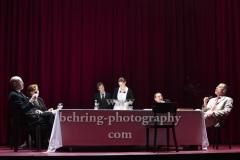 """Peter Kremer (Thomas Mann), Markus Gertken (Heinrich Mann / Hans Otto), Imogen Kogge (Katia Mann / Therese Giehse), Boris Aljinović (Klaus Mann), Judith Rosmair (Erika Mann / Elisabeth Bergner), Noëlle Haeseling (Ein junges Mädchen / Pamela Wedekind / Nicoletta von Niebuhr / Sängerin - Trude Hesterberg / Nelly, Heinrichs zweite Frau), """"Amazing Family"""", Renaissance-Theater, Berlin, Fotoprobe am 24.06.2021 (Premiere am 27.06.2021),"""