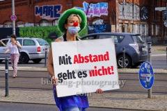"""Clown mit Plakat """"Mit Abstand geht es nicht"""", """"Rettet die Veranstaltungsbranche"""", 4. Demonstration, Vom S-Bahnhof Landsberger Allee zum Potsdamer Platz in Berlin, 14.08.2020"""