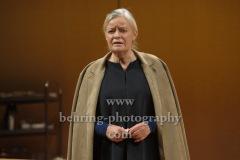 """Josefin Platt, """"GOTT"""", Berliner Ensemble, Berlin, Deutsche Urauffuehrung am 10.09.2020 (Photo: Christian Behring)"""