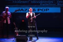 "David Goodier (Bass), Ian Anderson (Gesang, Floete), ""Ian Anderson presents JETHRO TULL"", ""50th Anniversary Tour"", Konzert im Theater Am Potsdamer Platz, Berlin, 23.11.2019"