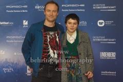 """Mark Waschke mit seiner Tochter, """"LINDENBERG! MACH DEIN DING"""" (ab 16.01.2020 im Kino), Red Carpet Photocall, Berlin-PRemiere im Kino International, Berlin, 10.01.2020"""