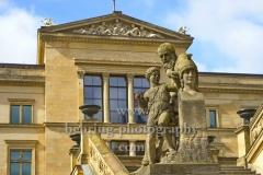 """Neues Museum, Im Vordergrund: Figuren und Freitreppe der Alten Nationalgalerie auf der  Museumsinsel, """"STADTANSICHTEN"""", Berlin, 15.04.2020"""