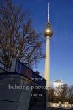 """Eingang zur U-Bahnstation der Linie U5  """"ROTES RATHAUS"""" mit dem Fernsehturm am Alex im Hintergrund, Rathausstraße, Berlin, 21.12.2020"""