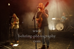 """Sam Teskey (guitar, vocals), Josh Teskey (vocals, guitar), Liam Gough (drums), """"The Teskey Brothers"""", Konzert, Heimathafen Neukölln, Berlin, 07.02.2020"""