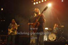 """Sam Teskey (guitar, vocals), Josh Teskey (vocals, guitar), Liam Gough (drums), , """"The Teskey Brothers"""", Konzert, Heimathafen Neukölln, Berlin, 07.02.2020"""