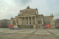 """leerer Gendarmenmarkt vor dem Konzerthaus, """"verwaiste Orte wegen Corona-Virus"""", Berlin, 19.03.2020,"""