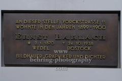 """Gedenktafel """"An dieser Stelle, Yorckstraße 11, wohnte in den Jahren 1899-1900 ERNST BARLACH, Gedenktafel fuer Ernst Barlach über dem Eingang Yorckstrasse 11, """"Kreuzberg"""", Berlin, 18.07.20202.1.1870 Wedel, +24.10.1938 Rostock, Bildhauer, Graphiker und Dichter"""" über dem Eingang Yorckstrasse 11, """"Kreuzberg"""", Berlin, 18.07.2020"""